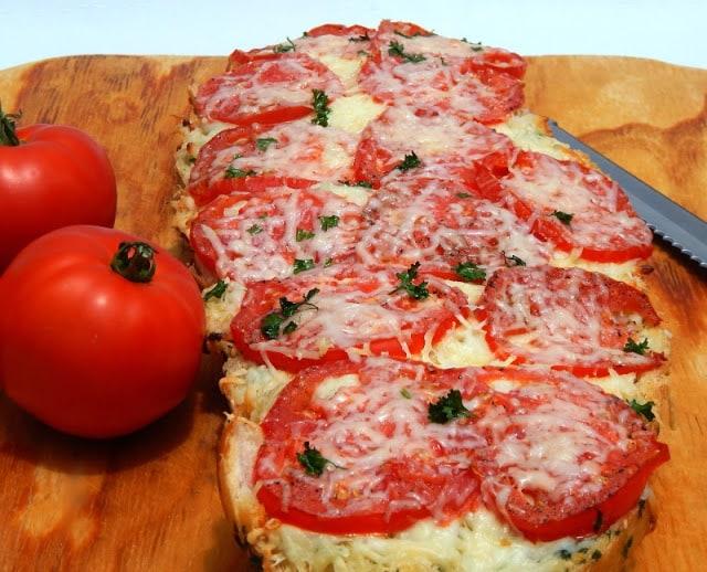 Garlic Caprese Bread, Caprese Bread, Tomato Bread, Tomato Pizza, Cheesy Bread Tomato Recipe. Tomato Recipes, Tomatoes, Cheesy Tomato, Tomato Appetizer